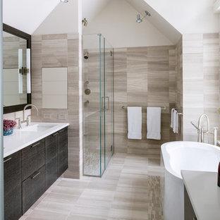 Foto på ett mellanstort funkis en-suite badrum, med släta luckor, skåp i mörkt trä, en dusch i en alkov, beige kakel, porslinskakel, vita väggar, ljust trägolv, marmorbänkskiva, ett fristående badkar, ett undermonterad handfat och dusch med gångjärnsdörr