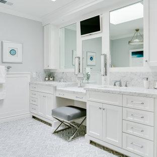 Klassisches Badezimmer mit Schrankfronten mit vertiefter Füllung, weißen Schränken, grauer Wandfarbe, Unterbauwaschbecken, grauem Boden, weißer Waschtischplatte, Doppelwaschbecken, eingebautem Waschtisch und vertäfelten Wänden in Los Angeles