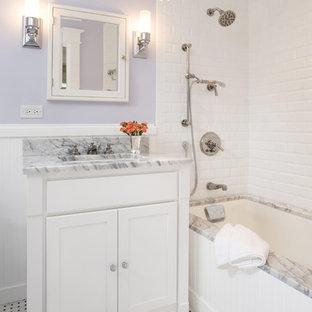ワシントンD.C.の小さいトラディショナルスタイルのおしゃれな子供用バスルーム (大理石の洗面台、サブウェイタイル、紫の壁、シェーカースタイル扉のキャビネット、白いキャビネット、モノトーンのタイル、大理石の床、アンダーカウンター洗面器、アンダーマウント型浴槽) の写真