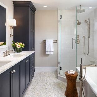 Foto di una stanza da bagno padronale classica con ante in stile shaker, doccia ad angolo, piastrelle bianche, piastrelle diamantate, pareti grigie, lavabo sottopiano, porta doccia a battente, top bianco e due lavabi