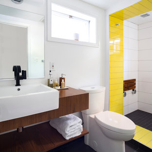 На фото: маленькие главные ванные комнаты в современном стиле с белыми стенами, открытыми фасадами, темными деревянными фасадами, открытым душем, раздельным унитазом, черной плиткой, белой плиткой, желтой плиткой, настольной раковиной, столешницей из дерева, открытым душем и коричневой столешницей