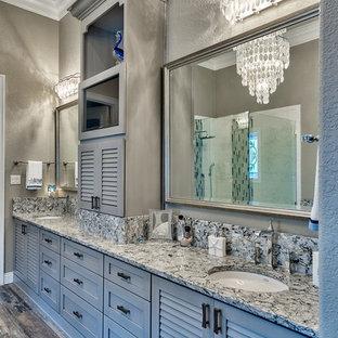 Esempio di una grande stanza da bagno padronale shabby-chic style con ante a persiana, ante grigie, vasca sottopiano, doccia aperta, piastrelle grigie, piastrelle in gres porcellanato, pareti grigie, pavimento in gres porcellanato, lavabo sottopiano e top in quarzo composito