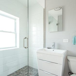 Immagine di una piccola stanza da bagno con doccia minimalista con WC monopezzo, piastrelle bianche, piastrelle diamantate, pareti grigie, pavimento con piastrelle in ceramica, lavabo sottopiano, ante a persiana, ante bianche, zona vasca/doccia separata e top in pietra calcarea