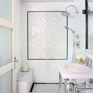Imagen de cuarto de baño principal, tradicional renovado, pequeño, con lavabo tipo consola, ducha abierta, baldosas y/o azulejos blancos, baldosas y/o azulejos de cemento, paredes blancas, suelo de mármol, encimera de mármol y ducha abierta