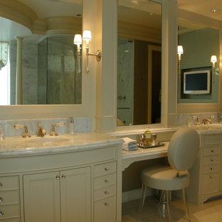 Foto på ett stort en-suite badrum, med luckor med infälld panel, beige skåp, en dusch i en alkov, en toalettstol med separat cisternkåpa, ett undermonterad handfat, marmorbänkskiva och dusch med gångjärnsdörr