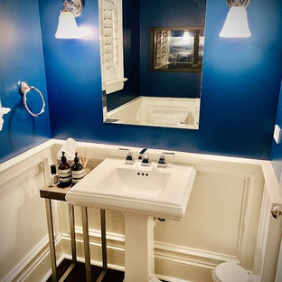 Imagen de cuarto de baño con ducha, tradicional renovado, pequeño, con paredes azules, suelo de madera oscura, lavabo con pedestal y suelo marrón
