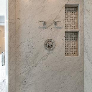 Пример оригинального дизайна: большая главная ванная комната в классическом стиле с белыми фасадами, отдельно стоящей ванной, душем без бортиков, белыми стенами, мраморным полом, врезной раковиной, желтым полом, душем с распашными дверями и белой столешницей