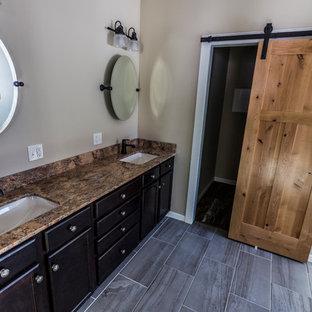 Foto de cuarto de baño rural con armarios con paneles empotrados, puertas de armario de madera oscura, ducha esquinera, paredes beige, suelo de baldosas de porcelana, lavabo bajoencimera, encimera de terrazo, suelo beige y ducha con puerta con bisagras