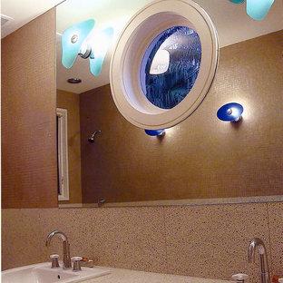 Ispirazione per una grande stanza da bagno per bambini moderna con ante lisce, ante bianche, vasca ad angolo, vasca/doccia, WC monopezzo, piastrelle multicolore, lastra di pietra, pareti multicolore, lavabo da incasso, top alla veneziana, pavimento alla veneziana e pavimento multicolore