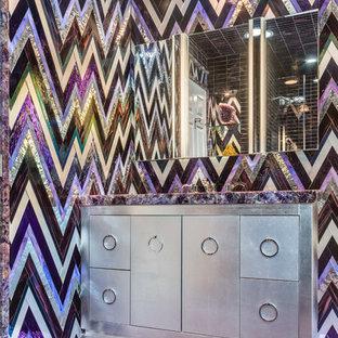 Foto på ett mellanstort eklektiskt badrum för barn, med luckor med infälld panel, grå skåp, flerfärgad kakel, glasskiva, flerfärgade väggar, ett nedsänkt handfat, bänkskiva i kvartsit, lila golv och dusch med gångjärnsdörr