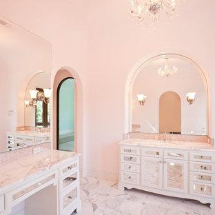Esempio di un'ampia stanza da bagno per bambini chic con lavabo sottopiano, ante di vetro, top in marmo, vasca con piedi a zampa di leone, vasca/doccia, piastrelle rosa, piastrelle a mosaico, pareti rosa, pavimento in marmo e ante bianche