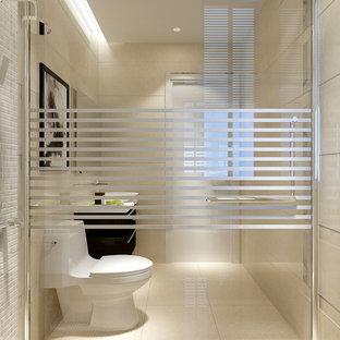 Modelo de cuarto de baño principal, de estilo zen, de tamaño medio, con lavabo encastrado, armarios con rebordes decorativos, puertas de armario beige, encimera de piedra caliza, bañera esquinera, ducha esquinera, sanitario de una pieza, baldosas y/o azulejos beige, baldosas y/o azulejos de piedra, paredes beige y suelo de piedra caliza