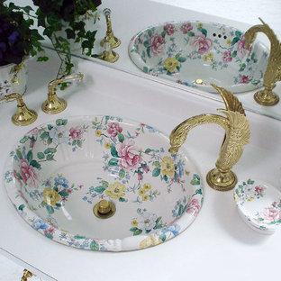 Idee per un'ampia stanza da bagno padronale classica con lavabo da incasso e ante di vetro