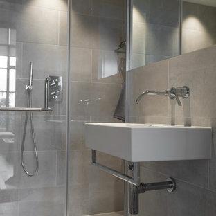 Idee per una stanza da bagno padronale industriale di medie dimensioni con ante in stile shaker, vasca da incasso, doccia a filo pavimento, WC sospeso, piastrelle bianche, piastrelle in ceramica, pareti grigie, pavimento con piastrelle in ceramica, lavabo da incasso e top in marmo