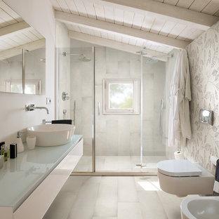 Стильный дизайн: большая ванная комната в современном стиле с плоскими фасадами, белыми фасадами, душем в нише, разноцветными стенами, полом из керамической плитки, душевой кабиной, настольной раковиной, стеклянной столешницей и белым полом - последний тренд