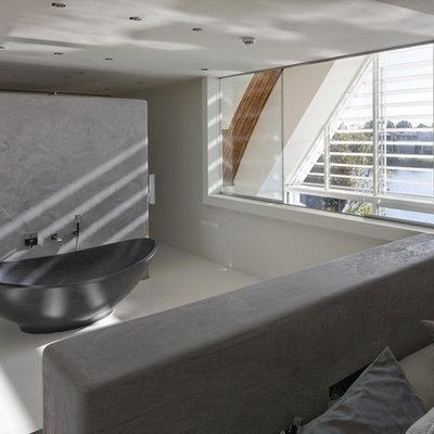 Freestanding bathtub - modern freestanding bathtub idea in Amsterdam