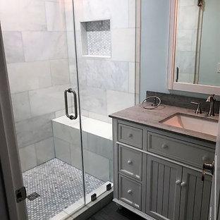 ロサンゼルスの小さいモダンスタイルのおしゃれなバスルーム (浴槽なし) (落し込みパネル扉のキャビネット、白いキャビネット、アルコーブ型シャワー、分離型トイレ、グレーのタイル、マルチカラーのタイル、白いタイル、磁器タイル、青い壁、磁器タイルの床、アンダーカウンター洗面器、珪岩の洗面台、グレーの床、開き戸のシャワー) の写真