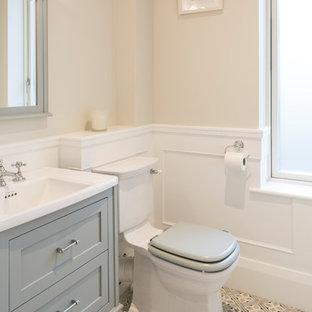 Ispirazione per una piccola stanza da bagno per bambini tradizionale con ante con riquadro incassato, ante grigie, WC monopezzo, pareti beige, pavimento in cementine e pavimento grigio