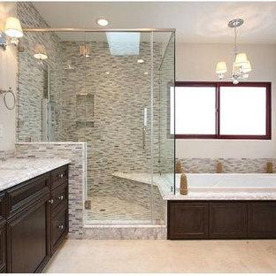 Ispirazione per una grande stanza da bagno padronale mediterranea con ante con riquadro incassato, ante in legno bruno, vasca ad alcova, doccia ad angolo, piastrelle grigie, piastrelle bianche, piastrelle a listelli, pareti bianche e lavabo sottopiano