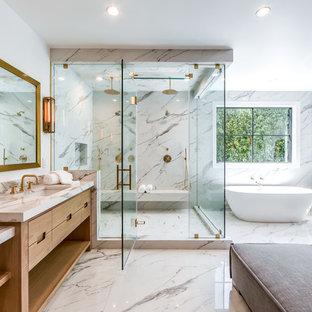 Idéer för ett klassiskt grå badrum med dusch, med släta luckor, skåp i ljust trä, ett fristående badkar, en dubbeldusch, vita väggar, ett undermonterad handfat och dusch med gångjärnsdörr
