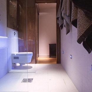 Immagine di una piccola stanza da bagno padronale contemporanea con lavabo sospeso, doccia aperta, WC sospeso, piastrelle bianche, piastrelle in gres porcellanato, pareti bianche e pavimento in gres porcellanato