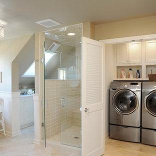 Пример оригинального дизайна: ванная комната в классическом стиле с ванной на ножках и стиральной машиной