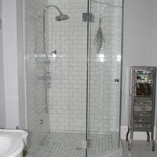 Traditional Bathroom by ENJOY Co.