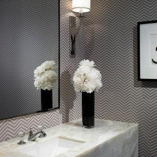 Imagen de cuarto de baño principal, minimalista, de tamaño medio, con sanitario de dos piezas, paredes púrpuras y encimera de cuarcita