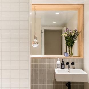 Ispirazione per una piccola stanza da bagno per bambini con vasca da incasso, vasca/doccia, WC sospeso, piastrelle verdi, pareti bianche, pavimento in gres porcellanato, lavabo sospeso, pavimento verde e porta doccia a battente