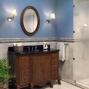 Diseño de cuarto de baño principal, clásico, extra grande, con baldosas y/o azulejos grises y paredes azules