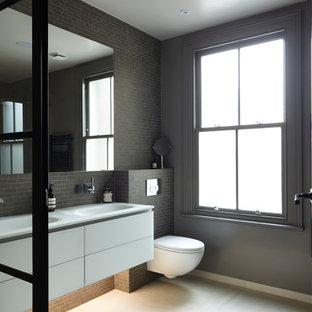 Idee per una stanza da bagno padronale moderna di medie dimensioni con vasca freestanding, doccia aperta, WC sospeso, piastrelle grigie, piastrelle in ceramica, pareti grigie, pavimento con piastrelle in ceramica, ante lisce, ante bianche e lavabo sospeso