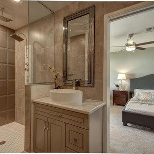 Foto de cuarto de baño principal, tradicional renovado, extra grande, con armarios estilo shaker, puertas de armario grises, ducha abierta, baldosas y/o azulejos grises, baldosas y/o azulejos de porcelana, paredes grises, suelo de baldosas de cerámica, lavabo bajoencimera y encimera de mármol