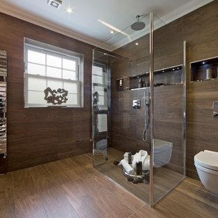 Foto di una stanza da bagno design con doccia a filo pavimento, WC sospeso, piastrelle marroni e piastrelle effetto legno