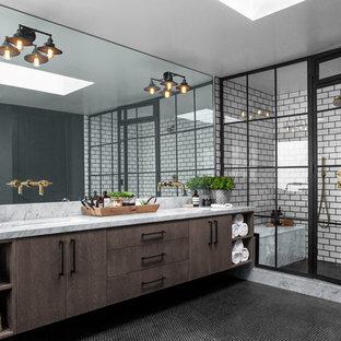 Неиссякаемый источник вдохновения для домашнего уюта: большая главная ванная комната в стиле лофт с душевой комнатой, керамогранитной плиткой, черными стенами, полом из керамической плитки, мраморной столешницей, черным полом, душем с распашными дверями, серой столешницей, плоскими фасадами, темными деревянными фасадами, белой плиткой и врезной раковиной