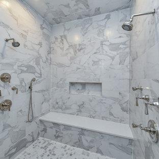 Inspiration för stora klassiska vitt en-suite badrum, med släta luckor, vita skåp, en dubbeldusch, en toalettstol med hel cisternkåpa, vit kakel, porslinskakel, vita väggar, marmorgolv, ett undermonterad handfat, bänkskiva i kvarts, vitt golv och dusch med gångjärnsdörr