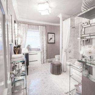 Diseño de cuarto de baño principal, clásico renovado, de tamaño medio, con bañera esquinera, combinación de ducha y bañera, sanitario de una pieza, paredes grises, armarios con paneles lisos, puertas de armario blancas, baldosas y/o azulejos grises, baldosas y/o azulejos blancos, baldosas y/o azulejos de mármol, suelo gris, ducha con cortina, suelo de mármol, lavabo integrado, encimera de vidrio y encimeras blancas