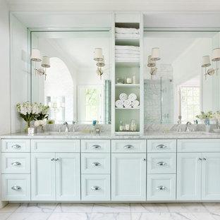 Esempio di una grande stanza da bagno padronale classica con ante blu, ante con riquadro incassato, piastrelle bianche, piastrelle diamantate, pareti bianche, pavimento in marmo, lavabo sottopiano e top in marmo