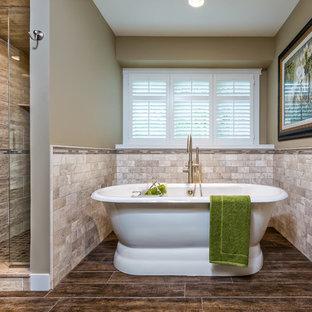 Idéer för att renovera ett mellanstort vintage en-suite badrum, med ett fristående badkar, en dusch i en alkov, beige kakel, ett undermonterad handfat, travertinkakel, skåp i shakerstil, vita skåp, en toalettstol med hel cisternkåpa, beige väggar, mörkt trägolv, granitbänkskiva, brunt golv och dusch med gångjärnsdörr