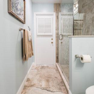 Inspiration för stora maritima badrum med dusch, med luckor med profilerade fronter, vita skåp, en hörndusch, beige kakel, porslinskakel, blå väggar, klinkergolv i porslin, ett undermonterad handfat, bänkskiva i återvunnet glas, beiget golv och dusch med gångjärnsdörr
