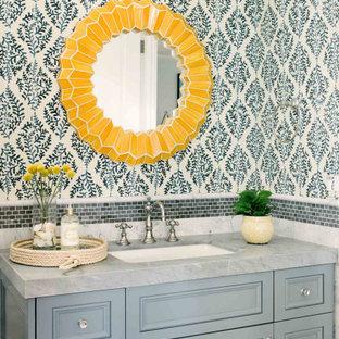 Idéer för att renovera ett maritimt grå grått badrum, med ett undermonterad handfat, luckor med infälld panel, grå skåp och blå väggar