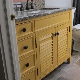 Ispirazione per una piccola stanza da bagno con doccia tradizionale con ante a persiana, ante gialle, doccia alcova, WC a due pezzi, pareti grigie, pavimento in ardesia, lavabo sottopiano, top in granito, pavimento multicolore, doccia con tenda e top beige