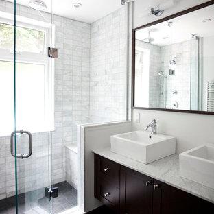 Esempio di una stanza da bagno tradizionale con top in marmo, lavabo a bacinella e piastrelle di marmo