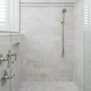 Diseño de cuarto de baño principal, tradicional, grande, con ducha esquinera, baldosas y/o azulejos grises, paredes grises, ducha con puerta con bisagras, baldosas y/o azulejos de mármol, suelo de mármol y suelo gris