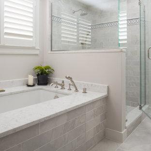 Idéer för ett stort klassiskt gul en-suite badrum, med luckor med infälld panel, grå skåp, ett undermonterat badkar, en hörndusch, en toalettstol med separat cisternkåpa, beige väggar, klinkergolv i porslin, ett undermonterad handfat, bänkskiva i kvartsit, grått golv och dusch med gångjärnsdörr