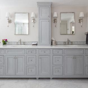 Inspiration för ett stort vintage gul gult en-suite badrum, med luckor med infälld panel, grå skåp, ett undermonterat badkar, en hörndusch, en toalettstol med separat cisternkåpa, beige väggar, klinkergolv i porslin, ett undermonterad handfat, bänkskiva i kvartsit, grått golv och dusch med gångjärnsdörr