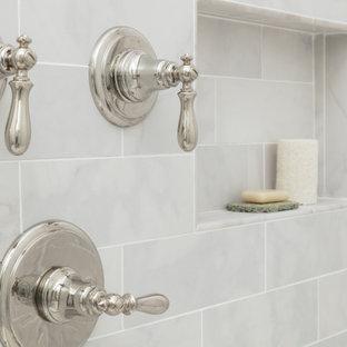Idéer för stora vintage gult en-suite badrum, med luckor med infälld panel, grå skåp, ett undermonterat badkar, en hörndusch, en toalettstol med separat cisternkåpa, beige väggar, klinkergolv i porslin, ett undermonterad handfat, bänkskiva i kvartsit, grått golv och dusch med gångjärnsdörr