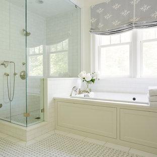 Country Badezimmer En Suite mit weißen Schränken, Einbaubadewanne, Eckdusche, Metrofliesen, weißer Wandfarbe, gelbem Boden und Falttür-Duschabtrennung in Richmond