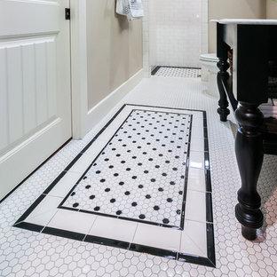 Klassisk inredning av ett mellanstort en-suite badrum, med ett konsol handfat, släta luckor, svarta skåp, marmorbänkskiva, en öppen dusch, en toalettstol med hel cisternkåpa, vit kakel, keramikplattor, grå väggar, klinkergolv i keramik och vitt golv