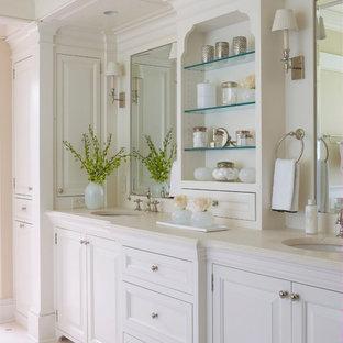 Cette photo montre une salle de bain chic avec un placard avec porte à panneau surélevé et des portes de placard blanches.