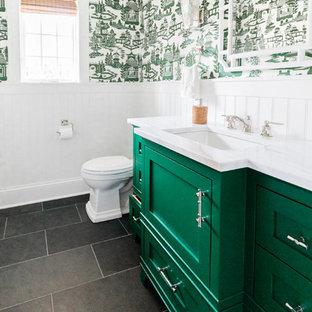 Esempio di una stanza da bagno con doccia minimalista di medie dimensioni con ante con riquadro incassato, ante verdi, WC a due pezzi, pareti bianche, pavimento con piastrelle in ceramica, lavabo sottopiano, pavimento multicolore e top multicolore